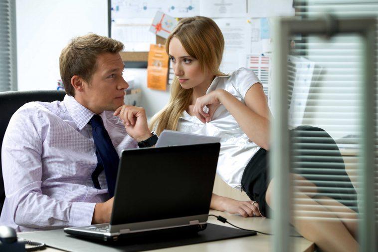 İş-arkadaşınızla-bir-ilişkiye-başlamadan-önce-bilmeniz-gereken-8-şey-