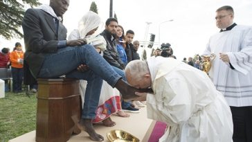 Pope-Francis-washes-feet-3