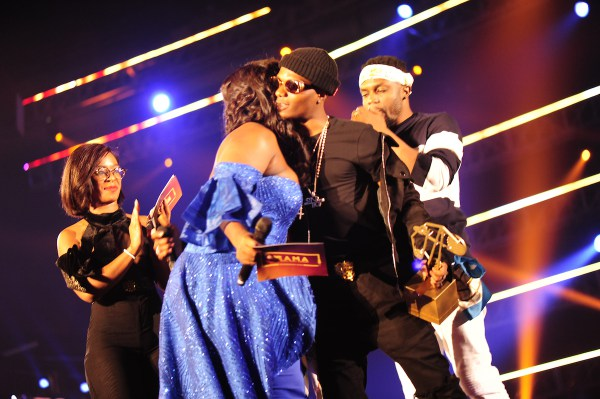 The actress Jackie Appiah gives a trophie to Wizkid during the MAMA 2016, in Johannesburg, South Africa on October 22nd, 2016