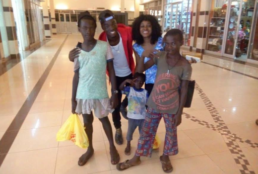 begging-kids-at-mall