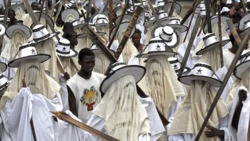 Participants sing and dance during the Eyo festival in Nigeria's commercial capital Lagos, April 25, 2009. The Eyo festival is the foremost cultural event in Lagos and it is a play of pageantry, grace and beauty in honour of a prominent citizen or a deceased monarch.  Picture taken April 25, 2009.  REUTERS/Akintunde Akinleye (NIGERIA ANNIVERSARY SOCIETY)