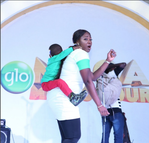 nollywood actress mercy johnson babysit boy left by mother at glo show photo how nigeria news. Black Bedroom Furniture Sets. Home Design Ideas